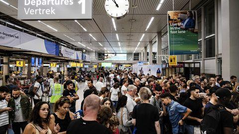 Menschenmassen in der Abflughalle des Flughafens Schiphol.