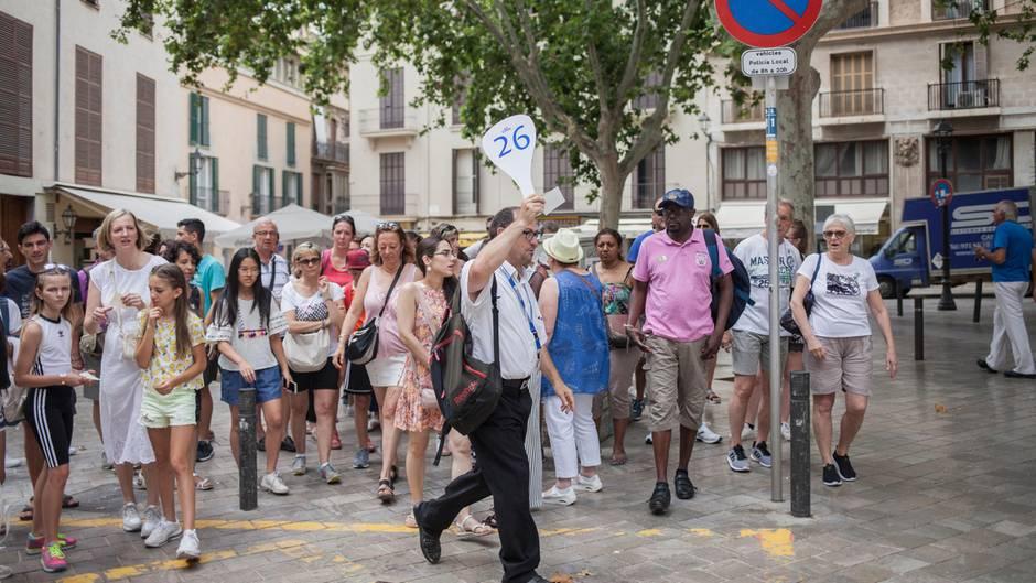 Durch die Altstadt von Palma schieben sich die Menschenmassen – wie hier eine Gruppe von Kreuzfahrttouristen auf Landgang
