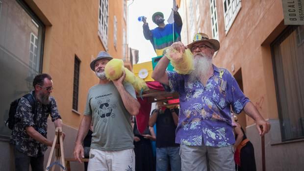 Protestbewegung: Einheimische tragen eine selbst gebastelte Pappfigur durch Palma. Es soll ein Schutzheiliger gegen Müll, Luftverschmutzung – und Wohnungsnot sein