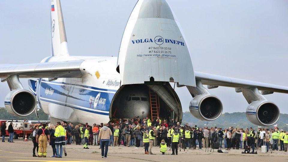 """Rückkehr nach Deutschland am 23. September2017: In Friedrichshafen ist die ehemaligeLufthansa-Maschine """"Landshut"""" im Bauch einer AntonovAn-124 gelandet."""