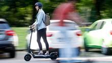 Frau auf E-Scooter