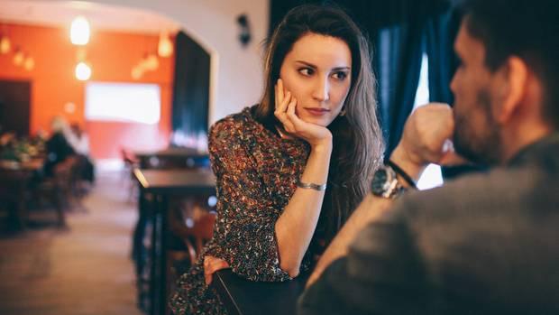 Eine Frau schaut ihr Gegenüber, einen Mann, kritisch an