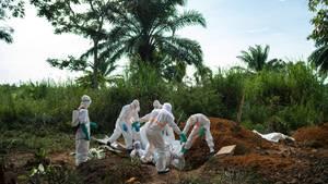 Helfer tragen in der Demokratischen Republik Kongo den Leichnam eines an Ebola gestorbenen Mannes zu Grabe.