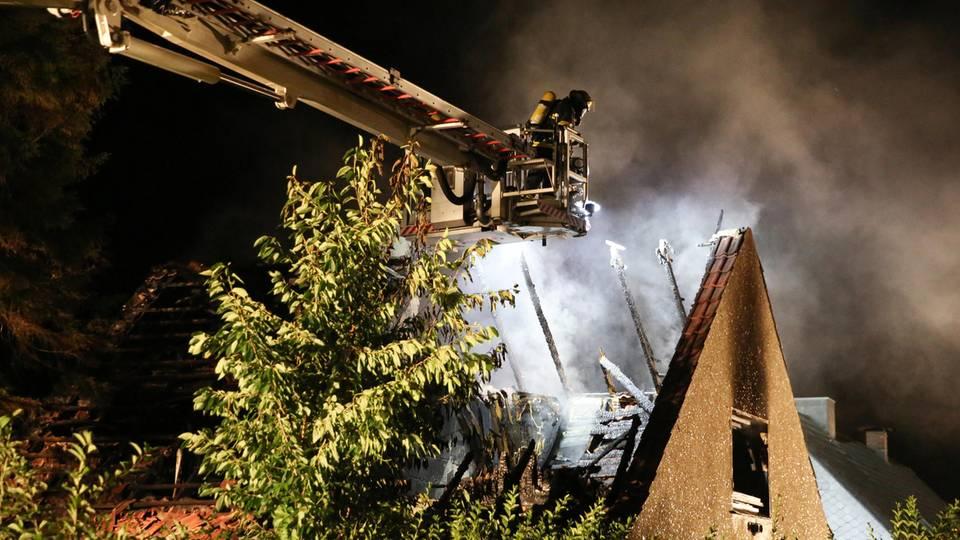 Nachrichten aus Deutschland – Von einem Teleskopmast aus bekämpft ein Feuerwehrmann den Brand