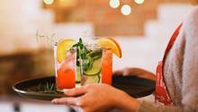 Kellnerin mit Drinks