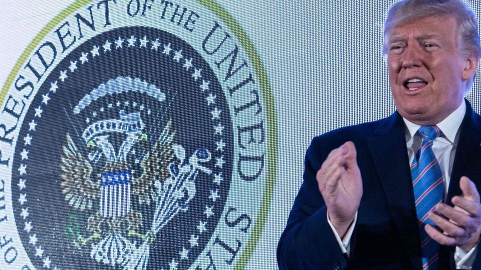 Donald Trump applaudiert sich und dem falschen Siegel