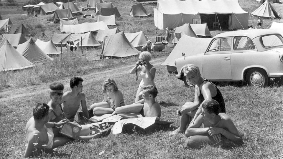 Urlauber auf dem Campingplatz in Feldberg im Kreis Neustrelitz (DDR) an der Mecklenburger Seenplatte im Jahre 1963