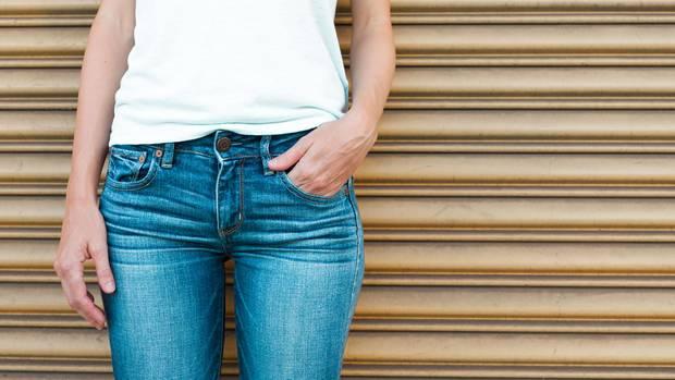 Ökotest prüft Jeans: Eine Frau trägt eine Jeans