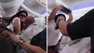 Frau schlägt ihren Partner im Flugzeug