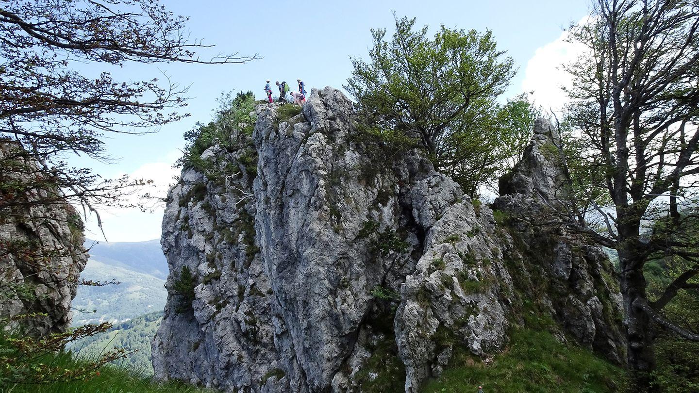 Kletterer haben es gerade auf einen der Kalkgipfel geschafft. Hier ist dassüdlichste Klettergebiet der Schweiz. Es gibtRouten zwischen dem 3. und 8. Schwierigkeitsgrad.
