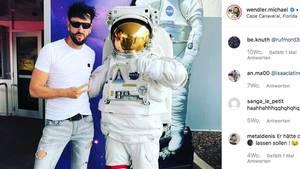 Michael Wendler posiert neben einem Astronauten
