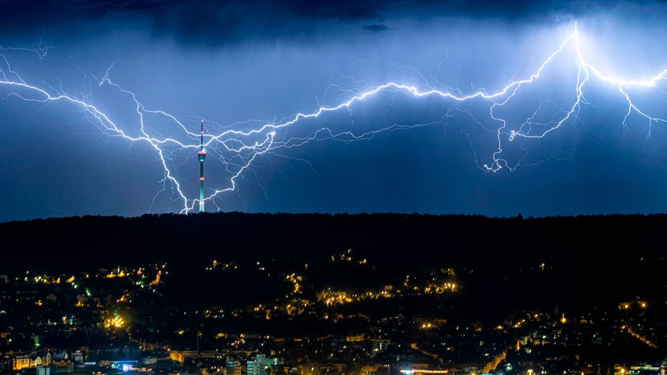 Hitzewelle in Deutschland – Blitze zucken am Himmel über Stuttgart