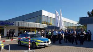 Polizei vor dem Düsseldorfer Rheinbad