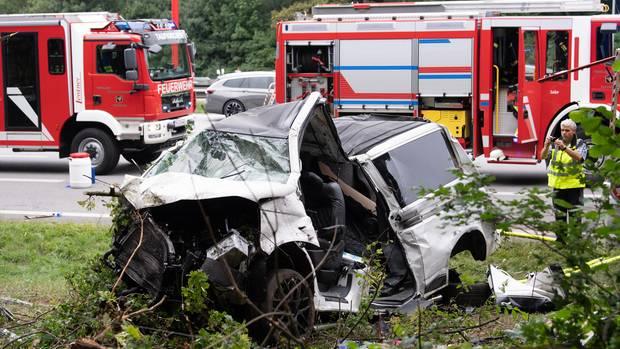 Der Kleinbus liegt nach dem Unfall völlig demoliert im Straßengraben