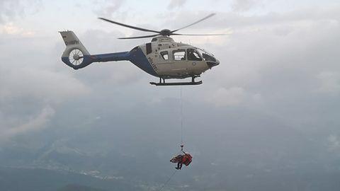 Einer der vier Helikopter bringt die schwer verletzte Urlauberin ins Tal