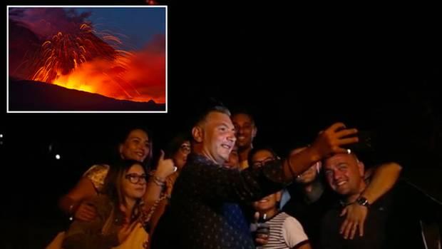 Auf Sizilien spuckt der Ätna wieder Feuer - zur Freude der Touristen.