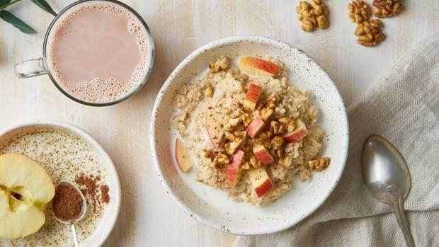 Ökotest prüft Porridge: Eine Schüssel mit Haferbrei steht auf einem Tisch