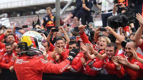 Sebastian Vettel bejubelt mit dem Ferrari-Team die Aufholjagd von Hockenheim