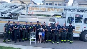 Feuerwehrmänner mit Brady vor dem Leiterwagen