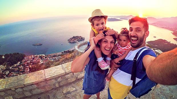 Eine Familie macht ein Selfie im Urlaub