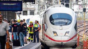 Ein ICE steht am Frankfurter Hauptbahnhof, nachdem es bei der Einfahrt des Zuges zu einem Zwischenfall mit einem Kind kam