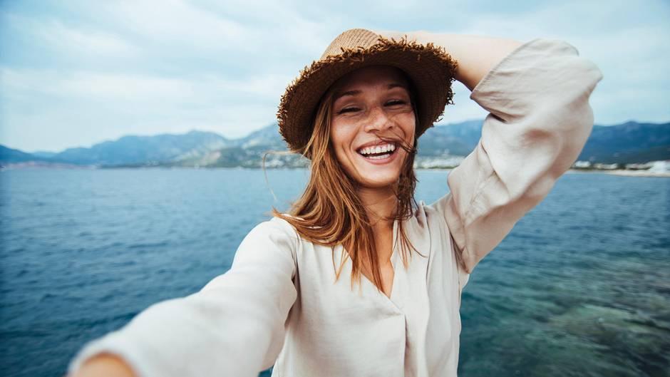 Junge Frau macht Selfie