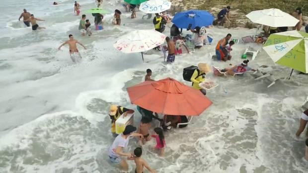 Riesenwelle überrascht Strandurlauber in Rio de Janeiro