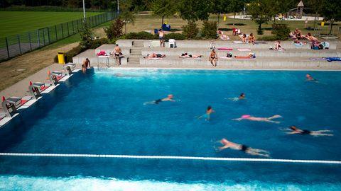 Nordrhein-Westfalen, Düsseldorf: Badegäste schwimmen im Rheinbad