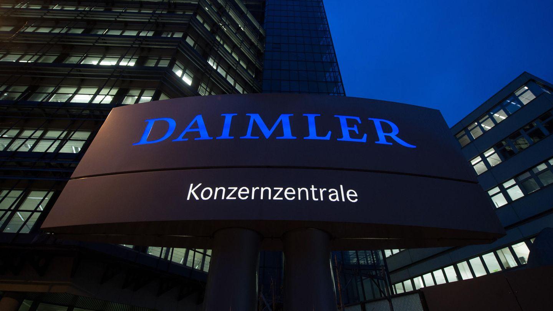 Baden-Württemberg, Stuttgart: Die Daimler-Konzernzentrale, aufgenommen in der Morgendämmerung