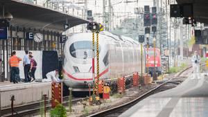 Polizisten sichern im Hauptbahnhof Spuren an einem ICE