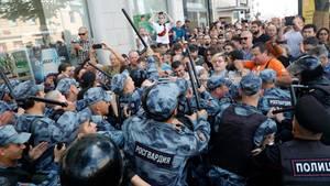 Russland, Moskau: Demonstranten geraten mit der Polizei im Zentrum von der Stadt aneinander