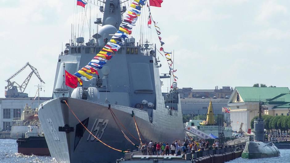 Perwyj Kanal berichtete über die Vorbereitungen zu großen Marineparade in Sankt Petersburg anstatt über die Proteste in Moskau