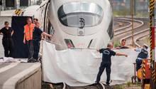 Einsatzkräfte spannen nach der Tat im Frankfurter Hauptbahnhof eine weiße Plane als Sichtschutz vor den ICE