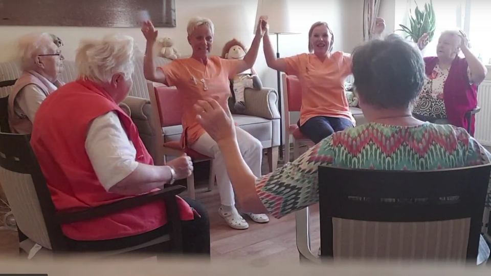 Omis rocken zu Rammstein: Seniorinnen tanzen in Altenpflegeheim