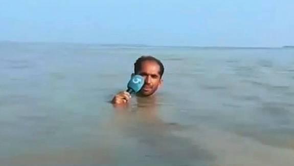Überflutungen in Pakistan: Skurrile Live-Schalte – diesem Reporter steht das Wasser buchstäblich bis zum Hals