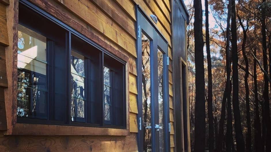 Für die Außenhaut wurden dramatische Holzkontraste gewählt.