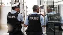 Polizisten am Gleis im Frankfurter Hauptbahnhof