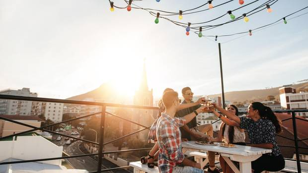 Freunde essen auf Dachterasse