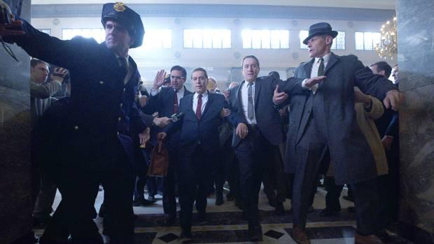 Männer in einem Saal