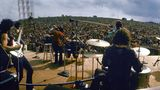 Der Blick von der Bühne in die Menschenmengewar atemberaubend. Nich wenige Künstler litten in Woodstock unter starkem Lampenfieber, da sie nie zuvor vor einem annähernd großen Publikum gespielt hatten. Carlos Santana und seiner Band war davon nichts anzumerken.  Wenn Sie mehr zu dem Thema lesen wollen: Zehn Mythen über Woodstock