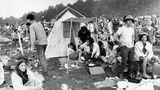 Das geht bei der ganzen euphorischen Berichterstattung über das Woodstock-Festival oft unter: Die hygienischen Zustände waren prekär, dazu mussten unzählige Drogenopfer medizinisch betreut werden. Ein Besucher wurde von einem Traktor überrollt und starb.