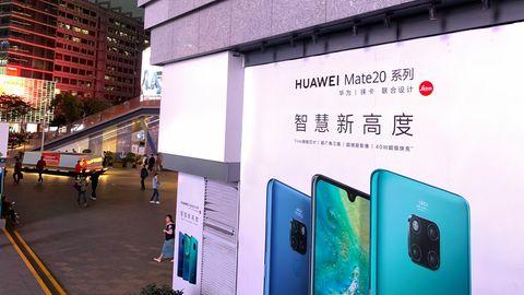 An einer Einkaufsstraße in Shenzhen hängt Werbung für das Huawei Mate 20