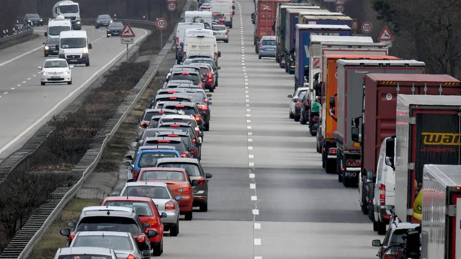 Eine Rettungsgasse auf einer Autobahn