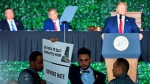 US-Präsident Donald Trump (im Hintergrund) unterbrach seine Ansprache, während der Abgeordnete Ibraheem Samirah (M.)aus dem Saal gebracht wurde