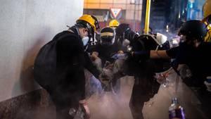 Demonstranten in Hongkong machen Tränengasgranaten unschädlich