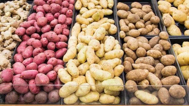 Ein Regal voller Kartoffeln