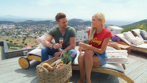 Neuzugang Alex überrascht Bachelorette Gerda in ihrer Villa
