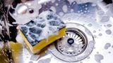 Sie säubern den Spülschwamm nicht  Es ist schwer zu glauben, aber der Schwamm, mit dem Sie Ihr Geschirr spülen, könnte schmutziger sein als das Geschirr selbst. Der ist nämlich ein idealer Ort für Bakterien, wenn Sie damit beispielsweise Essensreste vom Teller beseitigen. Die Bakterien vom Teller übertragen sich sofort auf dem Schwamm. Um das zu vermeiden, können Sie den Schwamm immer mal wieder in der Spülmaschine waschen und regelmäßig durch einen neuen austauschen.