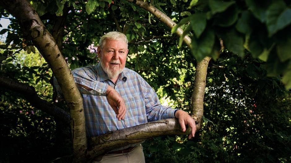 Umweltschützer Michael Succow in seinem Garten in Brandenburg