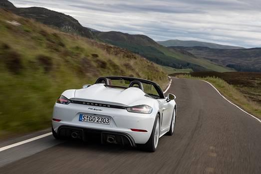 In den Kurven liegt der offene Porsche satt auf der Straße